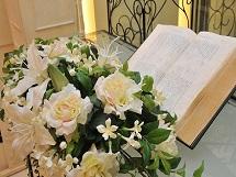 チャペルとバラの花