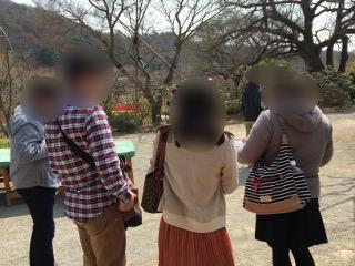 婚活バスツアー・散策中の男女