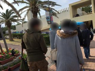グループ散策中の男女