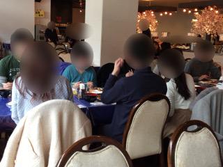 婚活バスツアーの食事風景