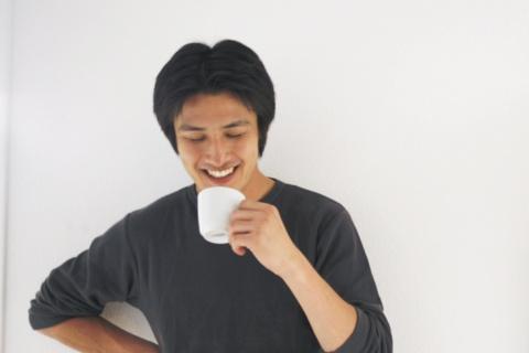 コーヒーを飲む男性