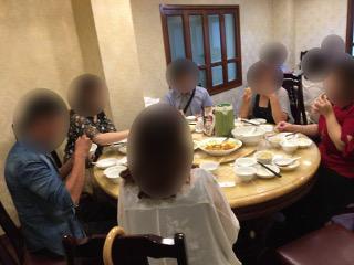 昼食中の男女
